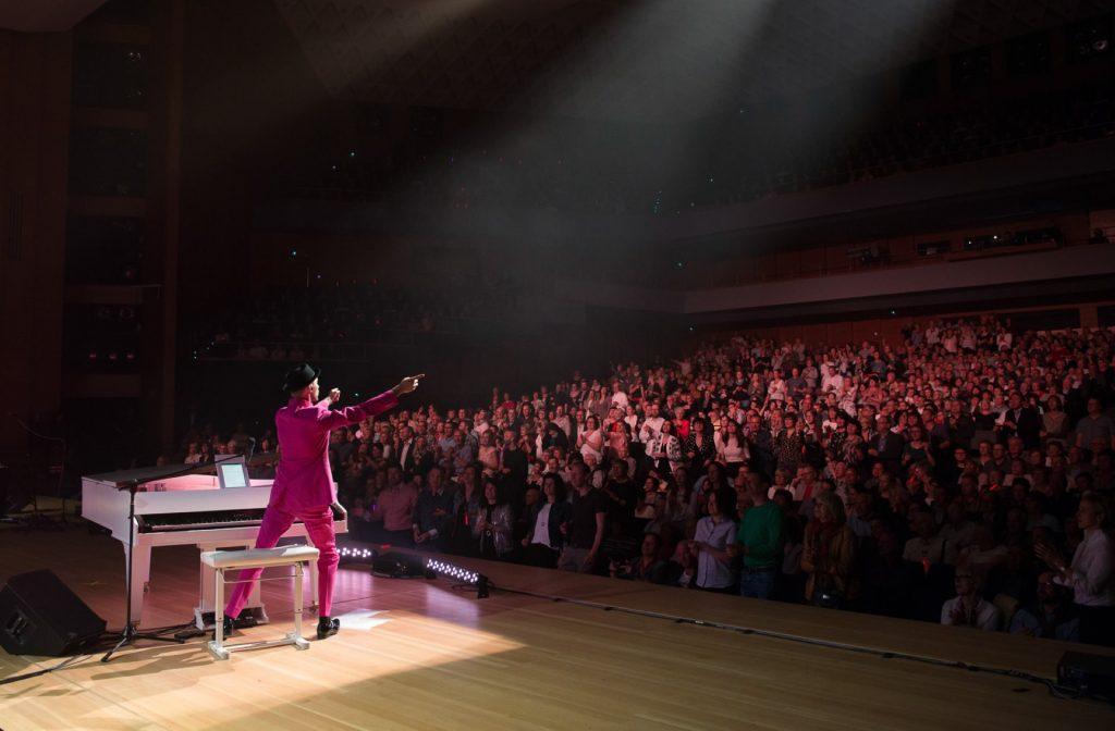 Blick ins Publikum bei ackground Sängerinnen von Schmitt singt Jürgens - Die Udo Show mit dem Leipziger Sinfonieorchester