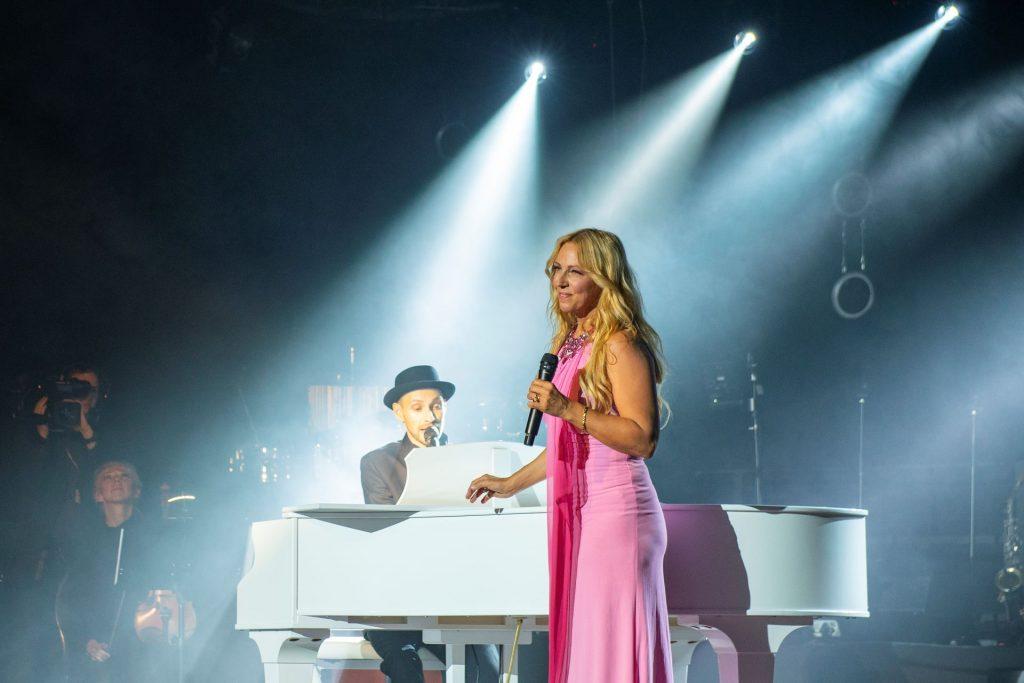 Loona singt gemeinsam mit Herrn Schmitt am Flügel zu Schmitt singt Jürgens - Die Udo Show mit Big Band