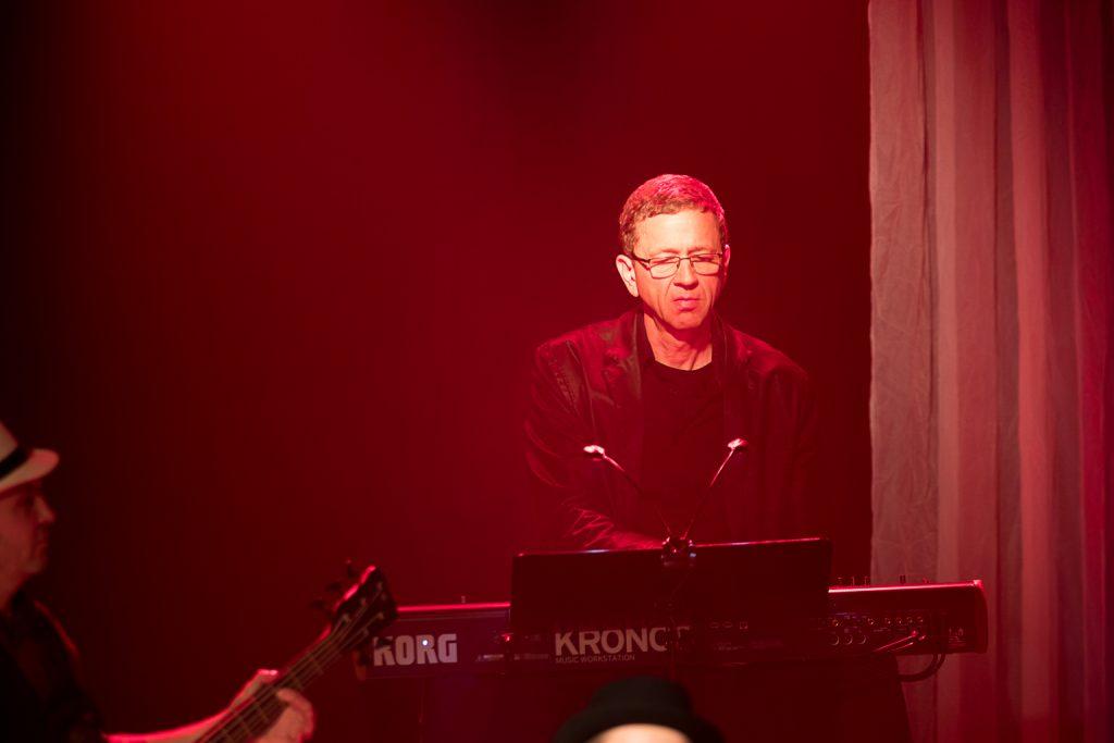 Stephan Nobis spielt am Keybord bei Schmitt singt Jürgens Die Udo Show